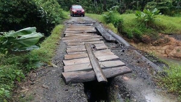 Puentes caídos, huecos y derrumbes impiden transitar el camino en toda su extensión.