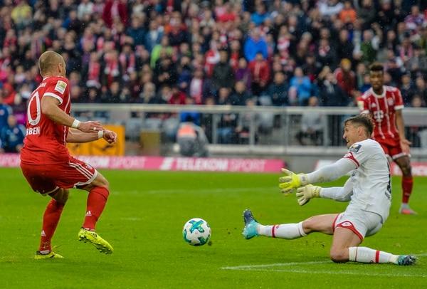 Rene Adler, portero del Mainz 05, le achica al jugador holandés del Bayern, Arjen Robben, en el juego de este sábado.