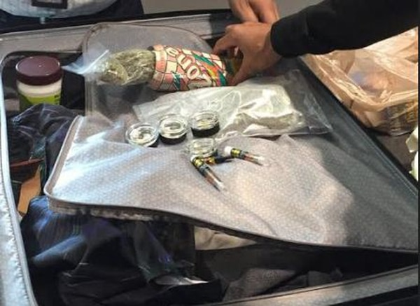 La marihuana venía oculta dentro de una lata de refresco, la cual ocultaba en la maleta. Foto: Policía de Control Fiscal para LN