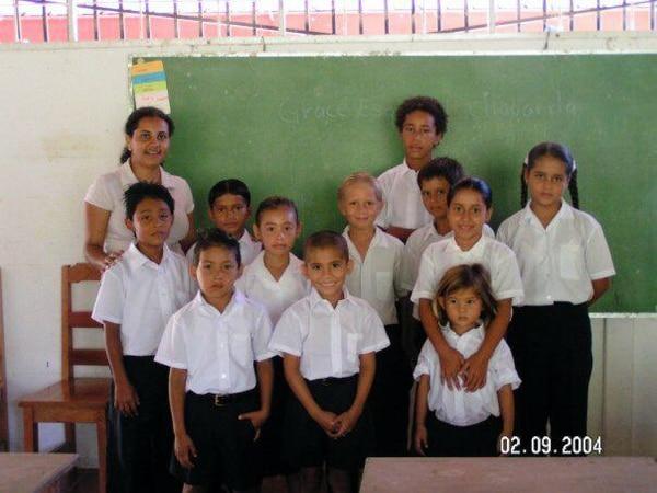 La surfista Brisa Hennessy (en la fila de abajo de pie, la más pequeña a la derecha), asistió a la escuela de playa Carbonera en Matapalo, de Puerto Jiménez, Golfito. Cortesía: Katie Hennessy