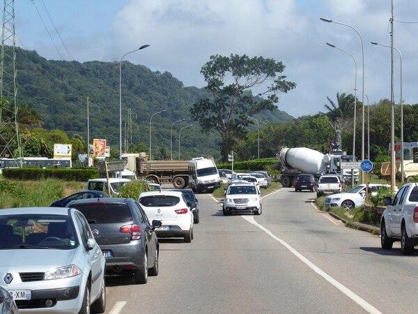 Los huelguistas bloquearon el lunes una carretera en Remire-Montjoly, cerca de la capital, Cayena.