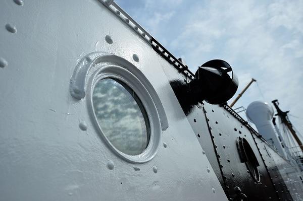 La restauración del buque HMS M33 Minerva en el astillero de Portsmouth incluye las escotillas.