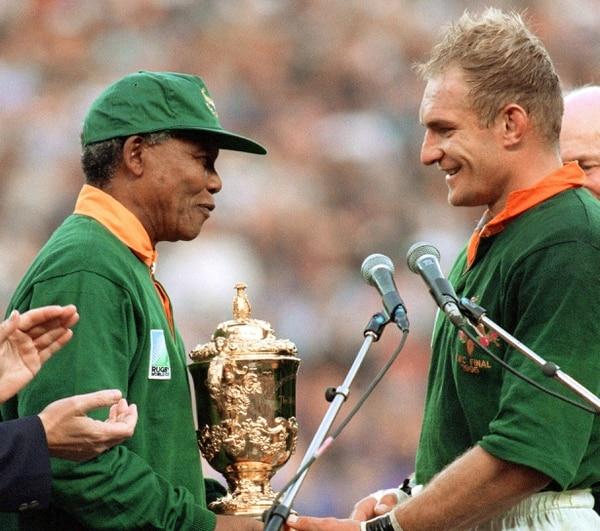 El 24 de junio de 1995 Nelson Mandela entregó al jugador Francois Pienaar el trofeo que acreditó a Sudáfrica como campeón del Mundial de Rugby.