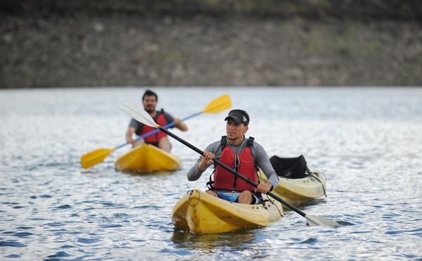 Dos visitantes practican kayak en las aguas del Lago Arenal. FOTO: JEFFREY ZAMORA