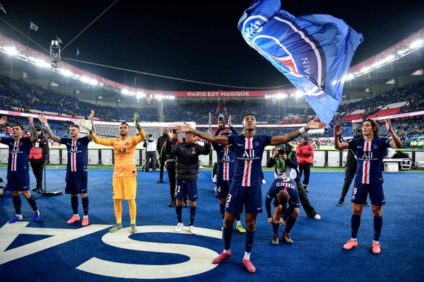 Keylor Navas y sus compañeros acostumbran a celebrar con la afición luego de cada triunfo en el Parque de Los Príncipes. Fotografía: AFP