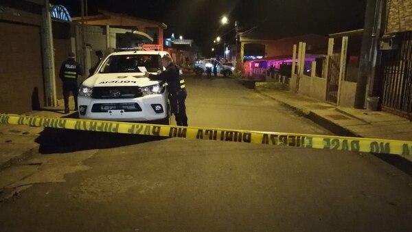 Agentes de Fuerza Pública esta madrugada en una calle en Cot de Oreamuno donde una mujer murió por impactos de bala. / Fotografía Keyna Calderón.