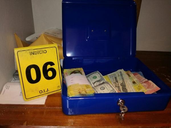 En la casa de Alvarado fueron decomisados $1.500, así como ¢1.8 millones en efectivo. Foto cortesía del Ministerio Púbico