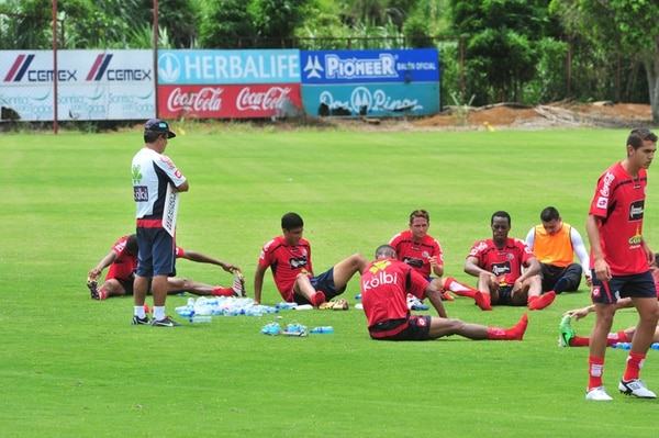 El director técnico de la Selección Nacional, Jorge Luis Pinto, dirigió el martes la práctica matutina del equipo tricolor. | JOSÉ RIVERA