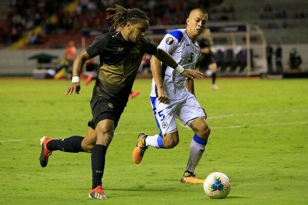 Jonathan McDonald (izquierda) sacó ventaja en esta jugada frente a Carlos Montenegro (derecha) de la Selección de Nicaragua. Foto: Rafael Pacheco