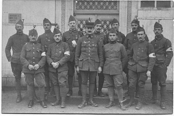 Ricardo Moreno Cañas sirvió como auxiliar médico en Francia. Él es el segundo en primer fila, de derecha a izquierda.   FOTO: MUSEO NACIONAL PARA LN