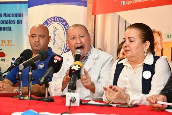 Los sindicatos anunciaron una huelga de dos días para esta semana. Sin embargo, luego la extendieron por tres días más. En la foto, Edwin Solano (centro), presidente de la Unión Médica; a su derecha Marta Rodríguez, secretaria general de Undeca; y a la izquierda Lenin Hernández, del Sinae. Foto de Jorge Castillo.