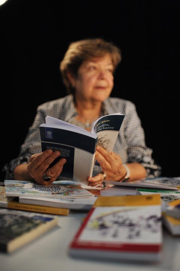 La escritora asegura que el contacto con los lectores más jóvenes la estimula; ama visitar escuelas y colegios para conocer la reacción de su audiencia. Foto: Jorge Navarro