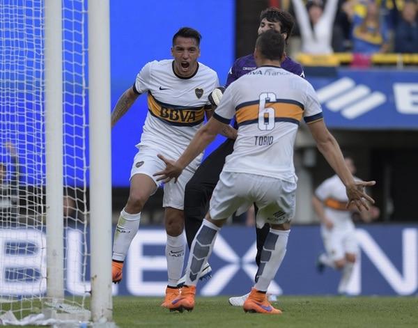 Fabian Monzon (izq) celebra su gol con su compañero Fernando Tobio. Boca Juniors ganó 1-0 ante Tigre.