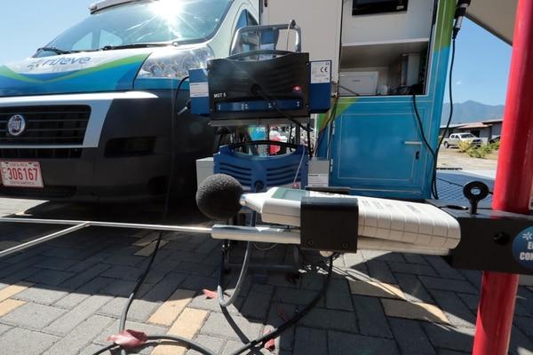 El mecanismo permitirá detectar cuando un auto no cumple con los parámetros de Riteve, aunque ya tenga la revisión aprobada. Foto: Alonso Tenorio.