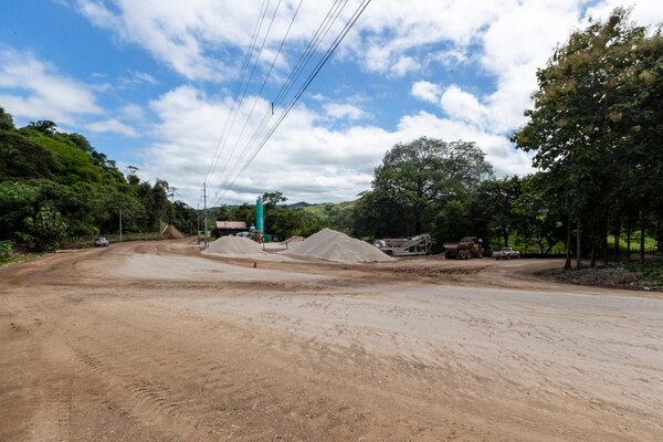 La carretera Paquera-Playa Naranjo debía estar lista en setiembre, ahora tiene plazo a diciembre, en un ultimatum del MOPT. Fotografía: José Cordero