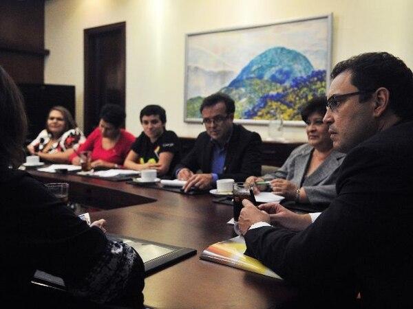 El ministro Benavides y la titular de Salud, Daysi Corrales (der.), escucharon ayer a los dirigentes. | JULIANA BARQUERO