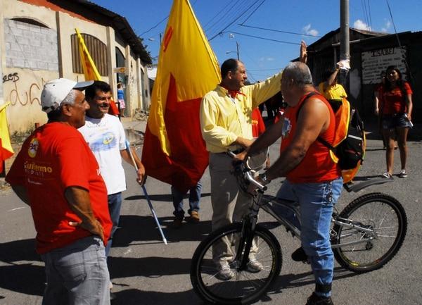 Luis Guillermo Solís corrió y caminó al rededor de una hora por la ciudadela La Carpio.