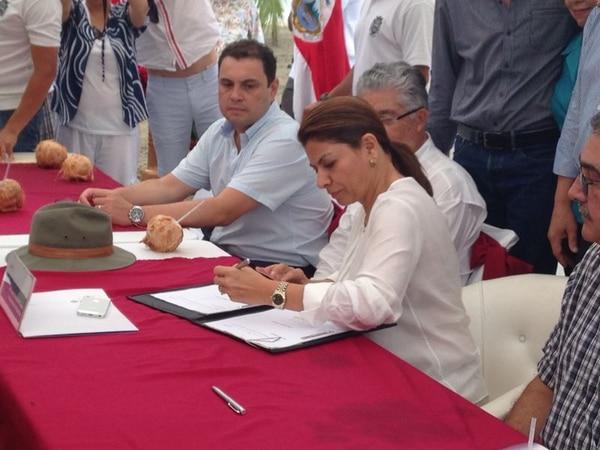 La mandataria Laura Chinchilla firmó este jueves nueva ley que permite aclarar los límites del refugio de vida silvestre Gandoca-Manzanillo.