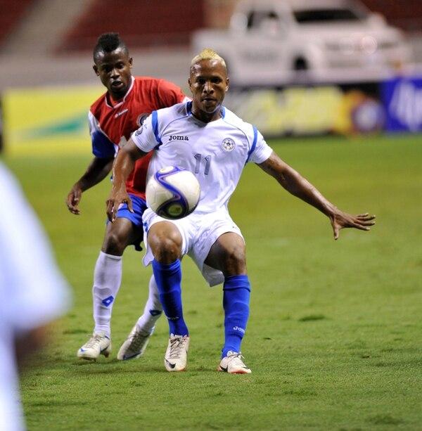 El defensor Waylon Francis jugó la pasada edición de la Copa en Costa Rica, ahí enfrentó al delantero nicaragüense Raúl Leguías (11). | ARCHIVO