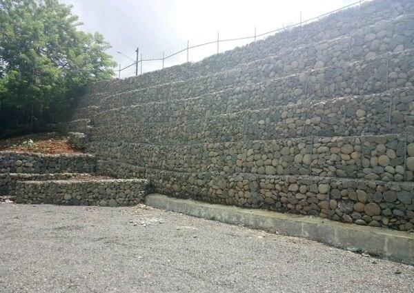 Vista de una sección del muro de gaviones que se levantó en una propiedad localizada en El Jardín de Ciudad Quesada (San Carlos, Alajuela) dentro del área de protección de una naciente / Foto TAA para LN.