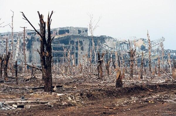 El edificio de un aeropuerto de la ciudad de Donetsk, este de Ucrania, muestra todo el poder destructivo d elos bombardeos.