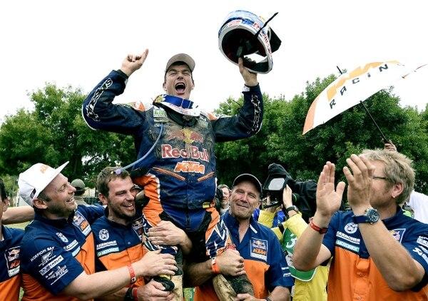 Marc Coma festejó con su equipo el triunfo en la categoría de motos.