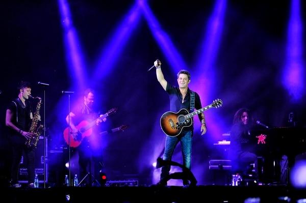 Alejandro Sanz invita al publico a cantar una de sus canciones con él en su concierto en Costa Rica