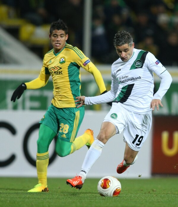 Lorenzo Melgarejo (28), defensor derecho paraguayo del Kuban Krasnodar ruso, llega a la marca de Mario Mutsch, jugador del St. Gallen suizo. El guaraní anotó dos goles este jueves en la Liga de Europa.