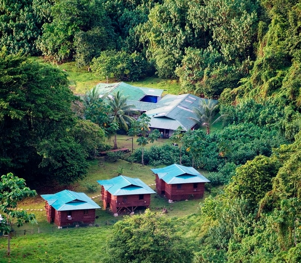 Vista del complejo habitacional Rodrigo Carazo y Villa Reina Beatriz en el Parque Nacional Isla del Coco.