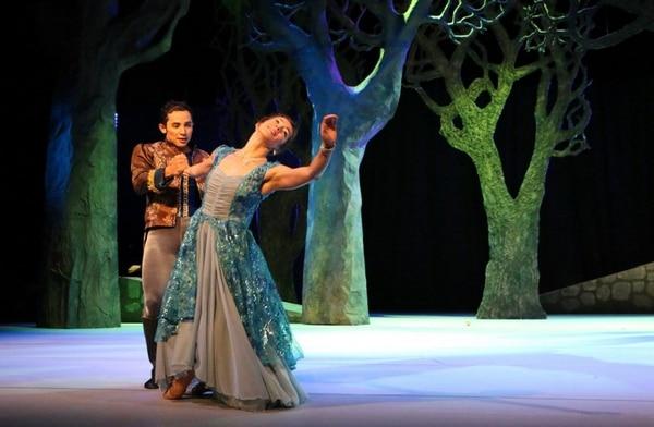 Catorce bailarines participan en la obra 'El pájaro de fuego'.