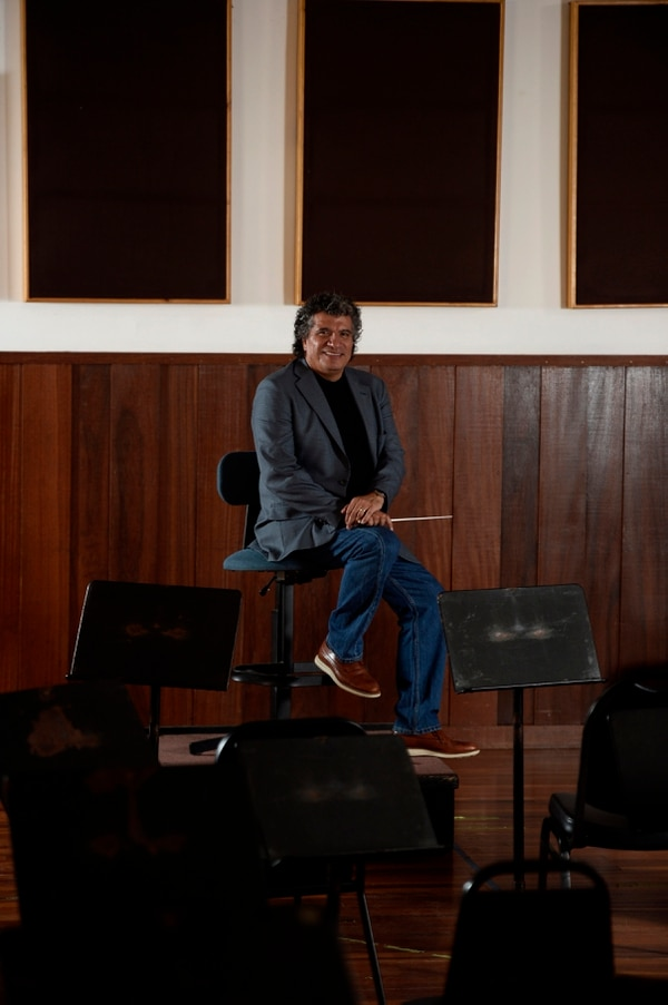 Hace tiempo que Guerrero quería volver a dirigir a la Sinfónica Nacional. Para él, los colegas son amigos. Fotos de Diana Méndez.