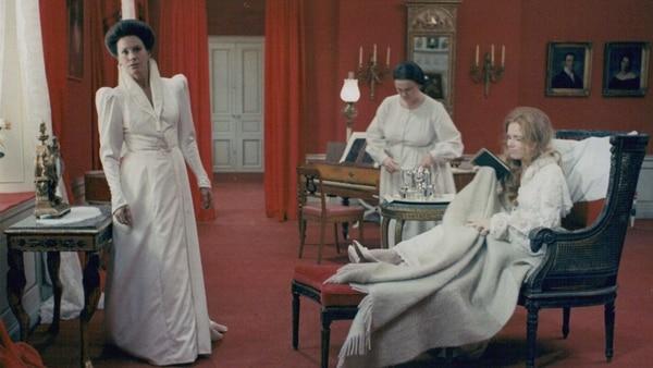 Gritos y susurros (1972) usa el rojo como una alegoría visual de la vida y, también, de la muerte . FOTO: Fotograma de la película.