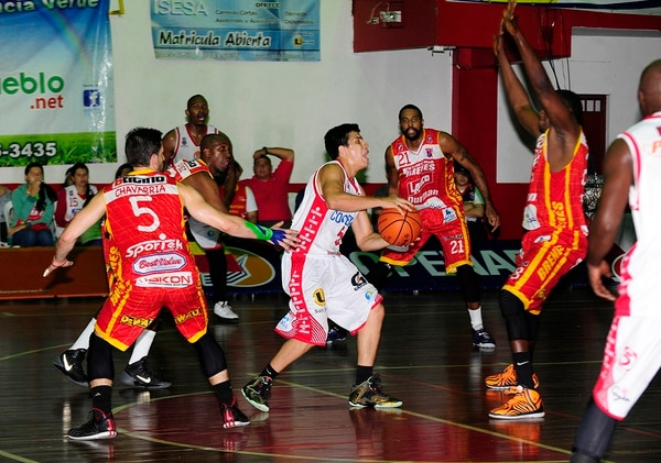 El partido de esta noche entre Ferretería Brenes Barva y Coopenae San Ramón se jugó en el gimnasio Rafael Rodríguez, de San Ramón.