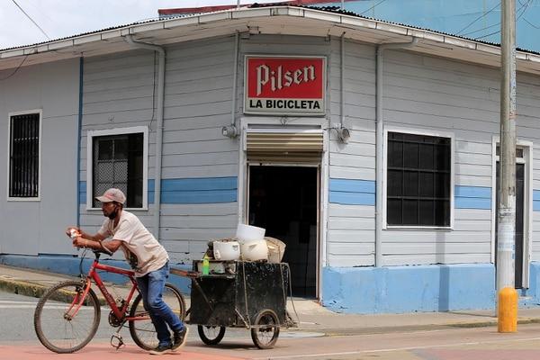 John Ulloa pasaba frente a esta reconocida esquina de Cartago, el pasado martes a las 11:52 a.m. El muchacho se gana la vida recogiendo chatarra con su bicicleta. Foto: Rafael Pacheco