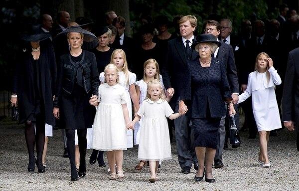 La familia real camina conjuntamente hacia la iglesia de Stilp, situada junto al castillo de Lage Vuursche, en Holanda. | EFE
