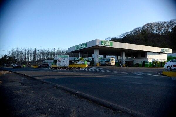 En la gasolinera JSM, en Santa Rosa de Tamarindo, está el primer retorno de los 42 km. Foto: Diana Méndez