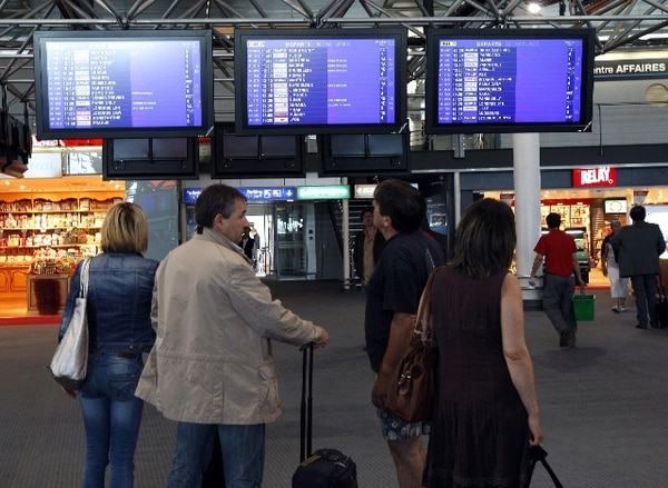 Huelga de controladores aéreos franceses obliga a cancelar 1.800 vuelos - 1