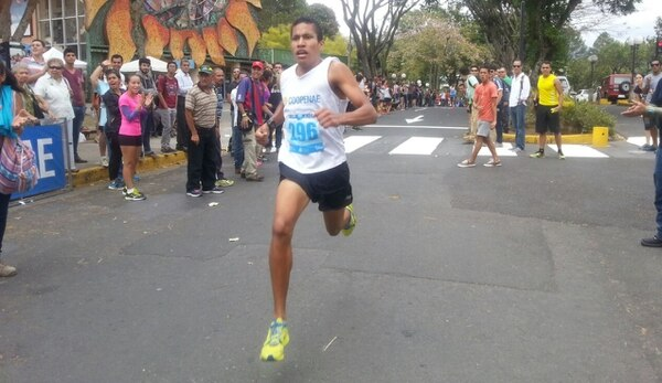 El atleta de Coopenae Georman Rivas se impuso en la Milla Universitaria y estableció un nuevo récord.