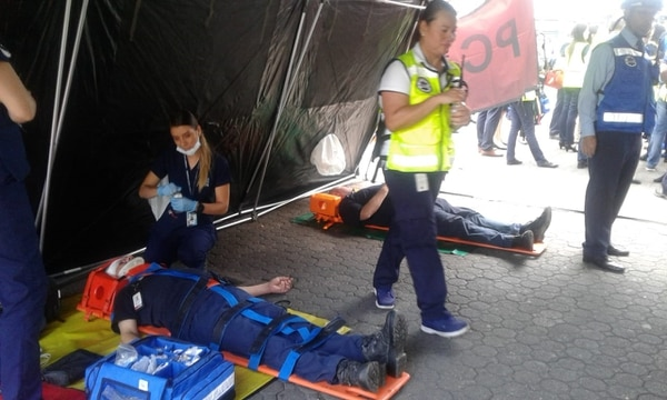Simulacro nacional en el BCR, avenida Central. En este punto atendieron personal herido.
