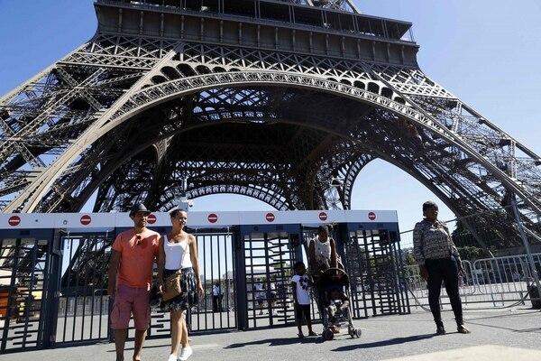 La torre Eiffel, ícono de París y uno de los principales atractivos turísticos.