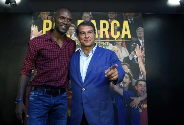 El exjugador Erick Abidal (izquierda) fue presentando por Joan Laporta (derecha), como el aspirante a ser el secretario técnico de los blaugranas si Laporta se impone en las elecciones del Barcelona