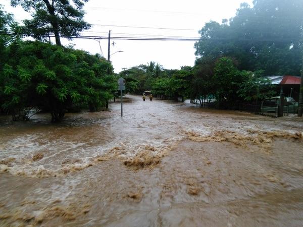 Una de las provincias más afectadas por las inundaciones es Guanacaste. Ahí, entre los cantones de Santa Cruz y Filadelfia, el desbordamiento de un río afecta el paso por el barrio Limón.