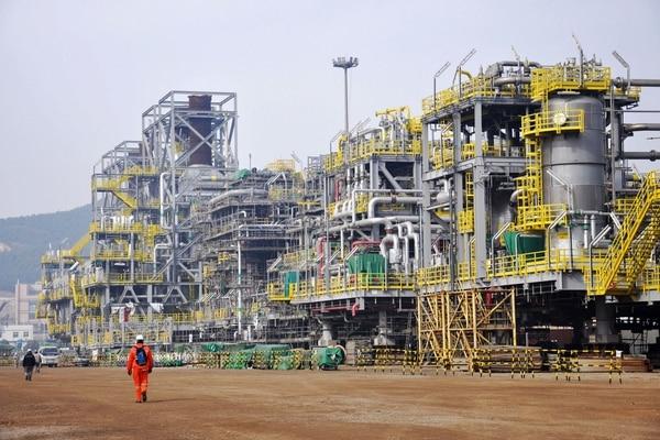Trabajadores chinos en una plataforma de petróleo, en Qingdao, provincia de Shandong. La economía del gigane asiático creció un 6,9% el año pasado y revirtió siete años de ralentización. Foto AFP