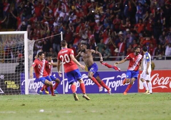 Los jugadores de Costa Rica celebran el gol del empate ante Honduras