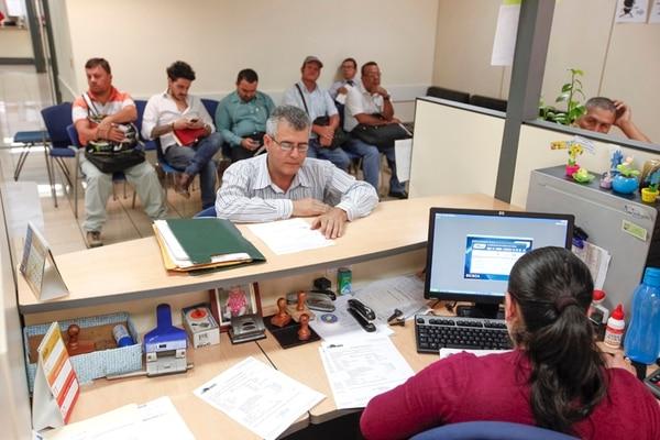 El nuevo servicio de Tributación Directa es para personas que requieren atención presencial. En esta foto de archivo, tomada en la sede regional de San José, en barrio don Bosco, Martín Picado es atendido por Mónica Murillo.