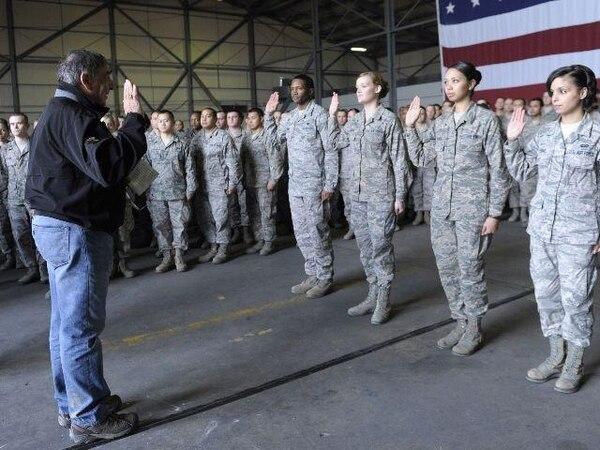 El secretario de Defensa, León Panetta, juramenta soldados estadounidenses durante su visita ayer a la base aérea de Incirlik, Turquía.   AFP