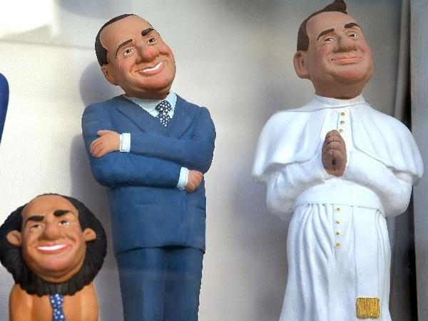 Estatuillas que muestran a Berlusconi caricaturizado como un león o un papa se vendían en Alberobello, cerca de Bari (Italia), el pasado 7 de mayo. | AFP