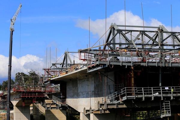 El nuevo puente tiene un 65% de avance, actualmente se trabaja en la construcción de las dovelas que soportarán la superficie por donde transitarán los carros. Foto: Rafael Pacheco