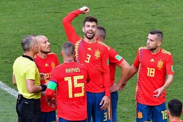 ¡Sorpresa! Gerard Pique se muestra sorprendido por la decisión del árbitro holandés, Bjorn Kuipers. El jugador trató de argumentar que el brazo estaba extendido por la inercia del salto. / AFP PHOTO / Mladen ANTONOV /