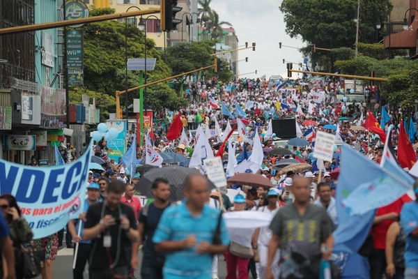 Empleados de diferentes instituciones bloquearon la avenida segunda la mañana de este lunes. Hubo protestas en otras partes del país. Foto Jeffrey Zamora